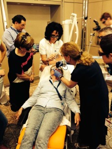 Abb. 2: Prof. Dr. Alina Fratila behandelt eine Patientin mit dem CO2 UltraPulse® Laser.