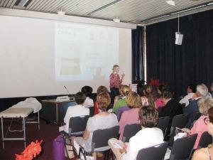 Abb. 1: Dr. Christiane Schulze referierte über ihre Erfahrungen mit dem DERMASENCE peel No.2, peel No. 2 sensitive und peel No.2 deep bei Akne, Rosazea und aktinischen Keratosen.